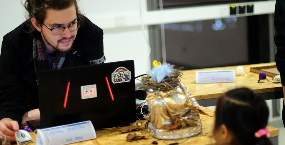 学生的作品涉及多个学科和技术层面,将他们在一学期的课堂所学,应用于人们可以与之互动和试用的设计原型中。