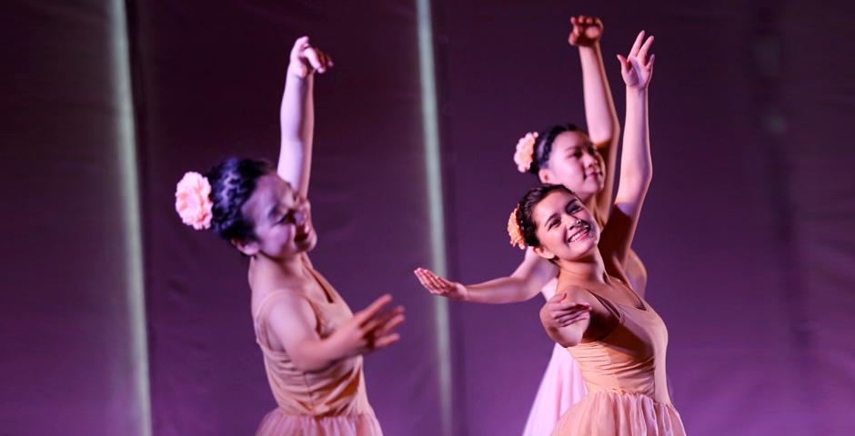 花之圆舞曲第一幕:芭蕾舞课的2022届学生黄保嘉、2021届学生Daisy Bulgarin和2021届学生Shan Xin正随着柴可夫斯基《胡桃夹子》Op. 71:第二幕花之圆舞曲翩翩起舞。