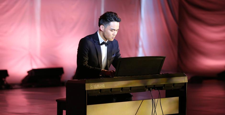 艺术教学助理教授陈美玲钢琴课的学生、2022届的朱灿宇演奏肖邦降D大调圆舞曲。