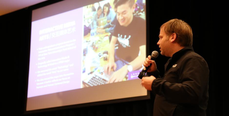 """此次嘉年华上,Matthew Balenger教授还做了一场名为""""制造创客""""的讲座,与科技爱好者们探讨如何将艺术与科技整合在一起,碰撞创意火花。(摄影: Leon Lu & 陈梦竹)"""