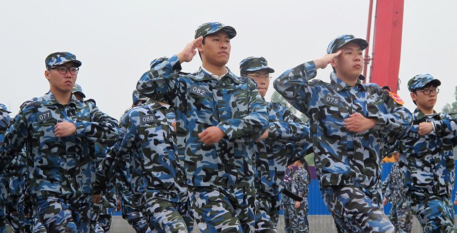 5月30日上午,连绵阴雨里难得一见的阳光,在东方绿洲照亮了2019届学生的飒爽军姿。十天的军训让同学们收获了奉献、团结、严谨、担当的军人气质。这段经历将作为宝贵的人生财富,为同学们未来的学习和职业发展增光添彩。(摄影:NYU Shanghai)