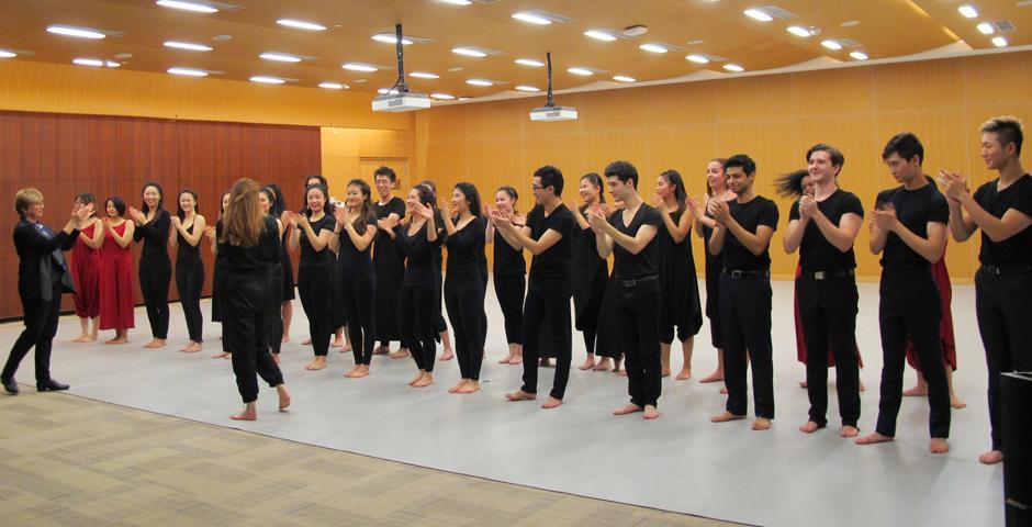 """经过了14周的舞蹈训练和创作编排,12月13日傍晚,上海纽约大学舞蹈和编舞课的同学尽情挥洒""""身体语言"""",联合合唱团的同学,带来了一场名为《回归海洋》的汇报演出。(摄影:NYU Shanghai)"""