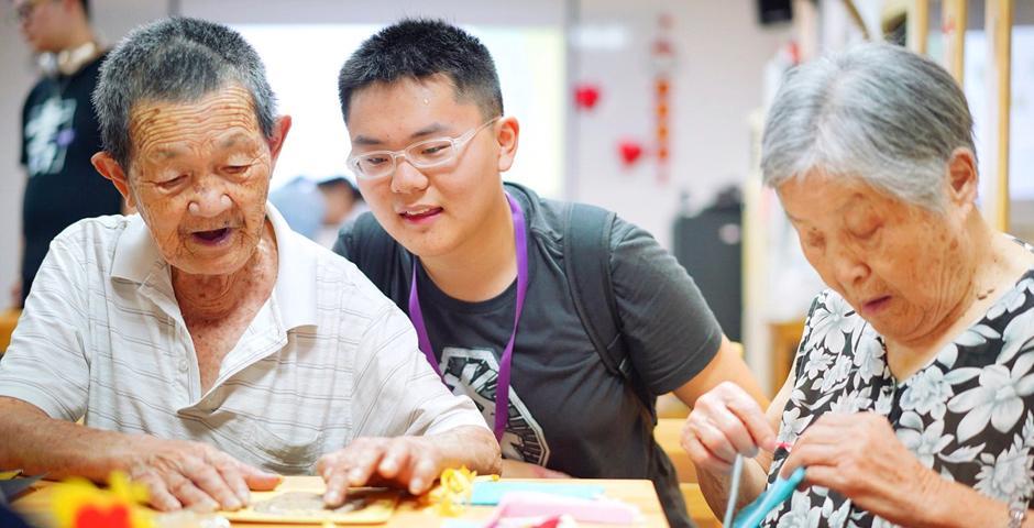 Students volunteered in Huamu Nursing Home in Pudong.