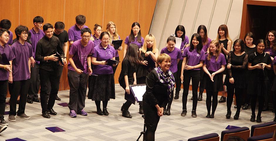 5月6日晚,我校进行了部分文艺类课程的学期成果展示,其中包含舞蹈、编舞、中国传统文化、钢琴以及合唱。表演者们把每天膝盖的淤青,口中的旋律和心里的五线谱放到最亮的地方来展示艺术最动人的魅力,也让我们认识到文艺之触手可及。(摄影:上海纽约大学)