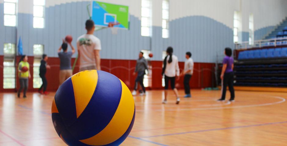 11月5日,上海纽约大学第一场混合性别篮球、排球赛打响。这一赛事的设置,强调竞技场上性别平等的重要性。一队由男女同学共同组成的啦啦队,更是为当晚的球赛增添了更多的欢乐与活力。  图  Blake Harrell(2021届)陈梦竹(2018届)