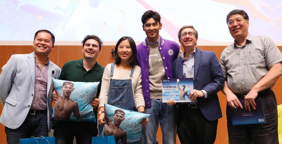 """10月21日,宁泽涛冒雨来到上海纽约大学,与300名同学对话交流。""""善是一种美的表现"""",宁泽涛助力在场的每一位年轻追梦人,""""让我们通过给与和帮助别人,让自己成为美的人!""""(摄影:NYU Shanghai)"""
