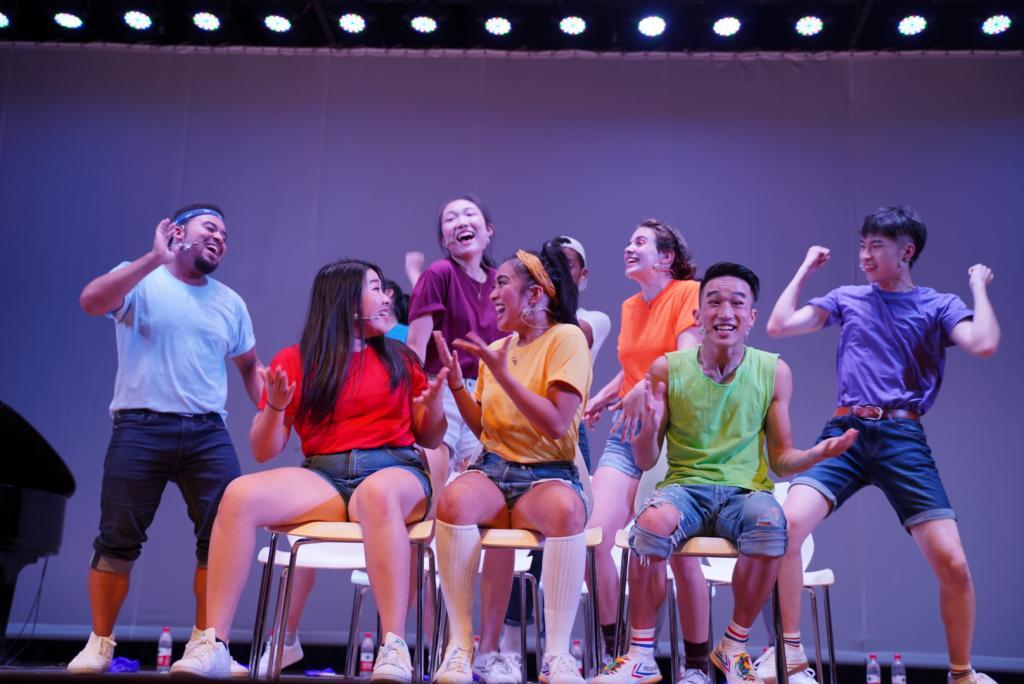 """演员们需要完成大量工作,包括作曲、作词、头脑风暴、编舞和撰写剧本等,整个过程需要团队的默契合作。每个演出团队都会在纽约待上两个月,来创作新内容以及提升歌舞技能。(演员们终于明白了""""blue""""的中文是""""蓝色""""。""""听得懂!"""")"""