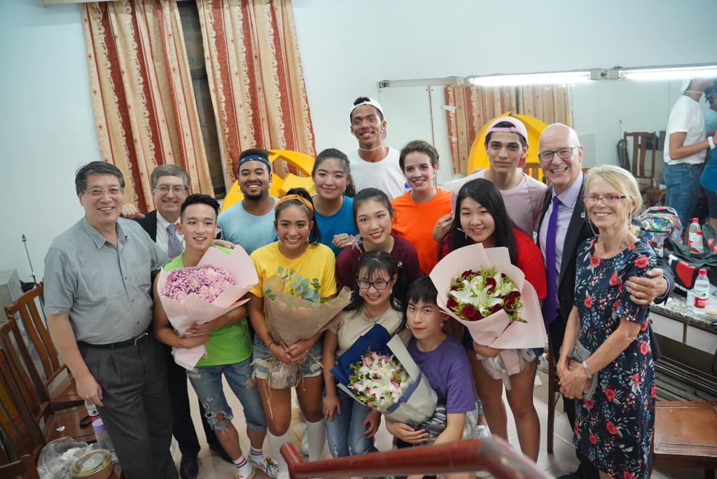 上海纽约大学校长俞立中、常务副校长雷蒙,以及纽约大学校长Andy Hamilton及其夫人Jennie Hamilton,与全体演职人员共同庆祝演出成功。演出结束后,演员们收到大捧花束。