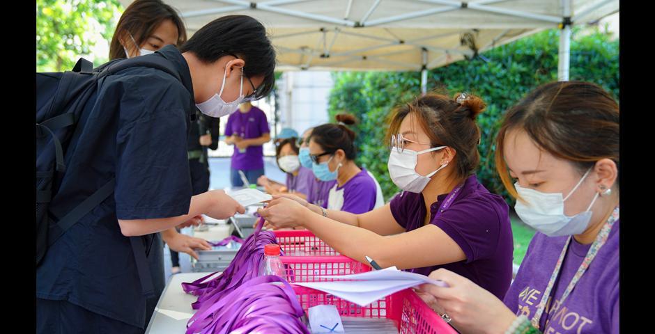 来自江苏南通的新生冯丝涵从上纽大员工手中接过宿舍入住材料。