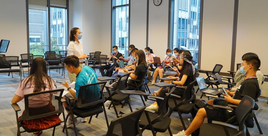 """9月10日,23名学生参加了""""多元文化及暑期阅读工作坊""""。在英语写作学业指导老师刘梓侠的指导下,中国学生和国际生通过Zoom齐聚工作坊。受纽约大学阿里森家族刑事司法教授Bryan Stevenson的《正义的怜悯》一书启发,大家围绕种族问题展开了长达一小时的讨论。"""