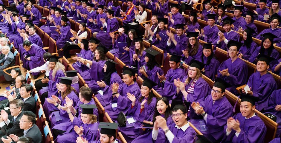 """5月28日,作为""""拓荒者""""的上海纽约大学2017届本科生毕业,收获了纽约大学学位证书、上海纽约大学学位证书,以及上海纽约大学毕业证书。来自中国、美国及其他31个国家的264名应届生,与老师、亲友在上海东方艺术中心齐聚一堂,共同庆祝中国第一所中美合办研究型大学的首届毕业典礼。 (摄影:NYU Shanghai)"""