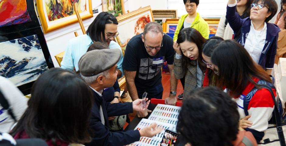 """上海绒绣洋泾传习所(基地)的包厂长介绍了中国传统工艺的知识,""""每个手镯的制作都需要两个小时的时间,而更大型的作品平均要花上两年时间。""""绒绣是一种中国传统工艺,在制作过程中,需要将纱线穿过矩形网格构成图像,包括近似照片和抽象图案等各种样式。"""