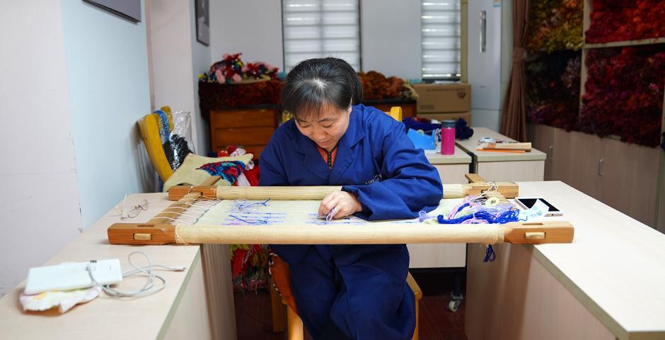 绒绣这项传统工艺正在逐渐失传。绒绣中心在当地政府的资助下运营,目前共有12名绒绣手工艺人,均已是花甲之年。