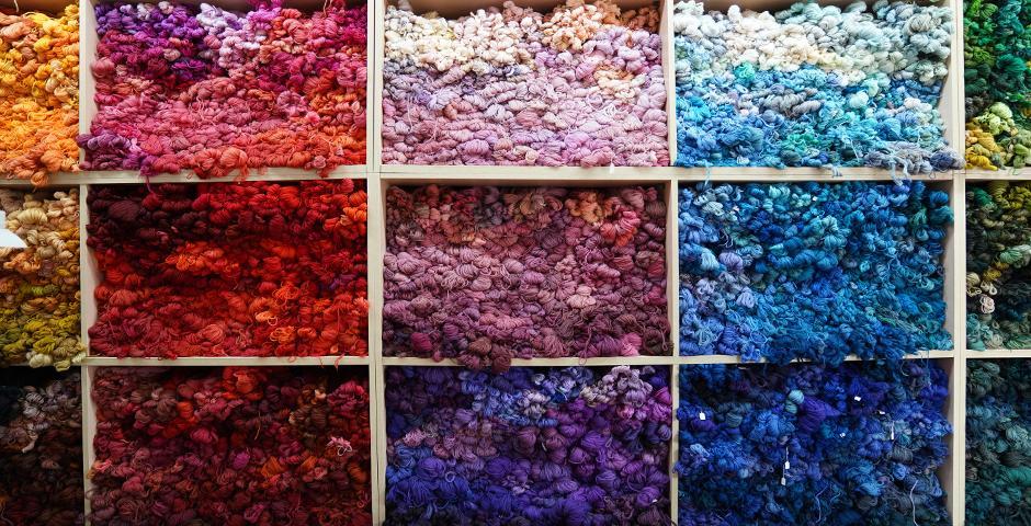 """一面手染纱""""墙""""。包厂长表示,所有的纺织纱线都是分批手工染色制成,每批的量""""小到和一碗面条一样""""。"""