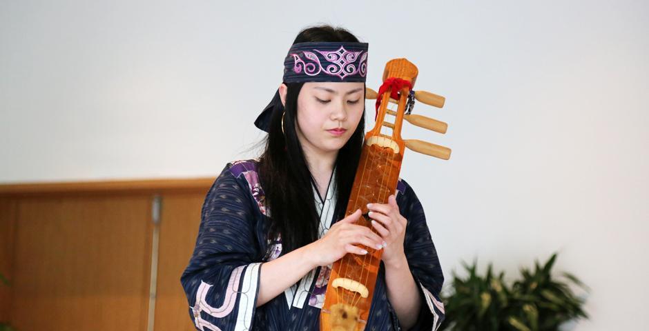 Hayasaka Yuni用五弦的弹拨乐器tonkori演奏了两首乐曲。tonkori在上世纪70年代几近消失,但是人们对阿伊努文化越来越感兴趣,保护工作逐渐加强,这一乐器也随之复苏。