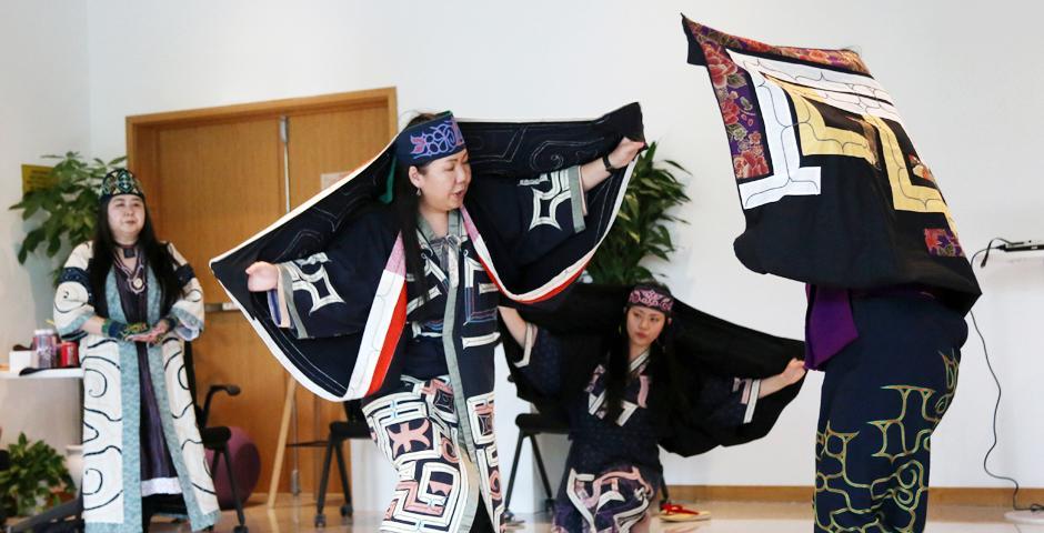 在舞蹈Saron-rimse中,表演者扮演北海道湿地的神灵——仙鹤。年长的舞者扮演成年仙鹤,教幼年仙鹤跳舞。