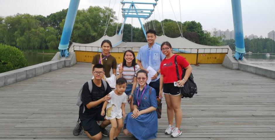 与七岁以下儿童来张集体照。(图:上海纽约大学)